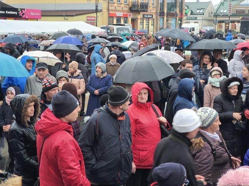 Kilkuset suwalczan wzięło udział w Wigilii Miejskiej w Suwałkach. Świąteczne spotkanie odbyło się w niedzielę na Placu Marii Konopnickiej.