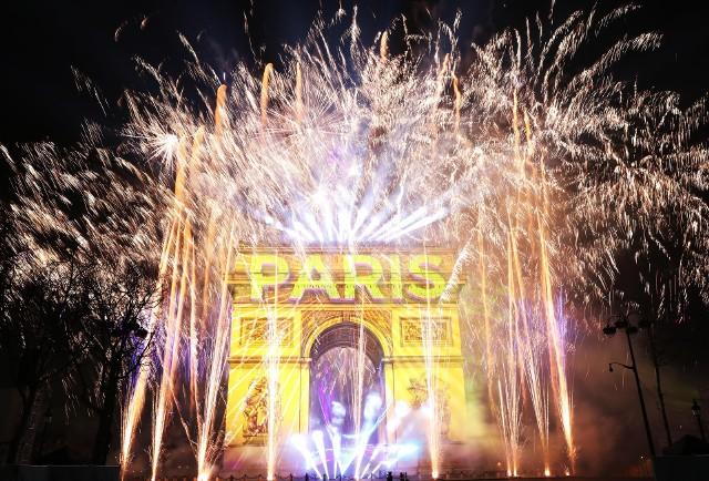 W Paryżu ludzie witali Nowy Rok na Champs Elysees. Oprócz pokazu sztucznych ogni nad Łukiem Triumfalnym, zaplanowana została gra świateł.