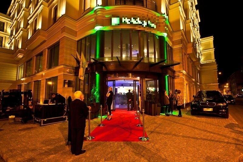 Wielu gości hotelowych chce czasem poczuć się jak VIP na czerwonym dywanie i stawia obsłudze hotelowej wysokie wymagania.