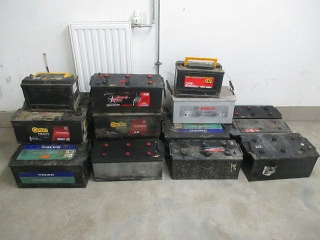 Akumulatory odzyskane przez policjantów.