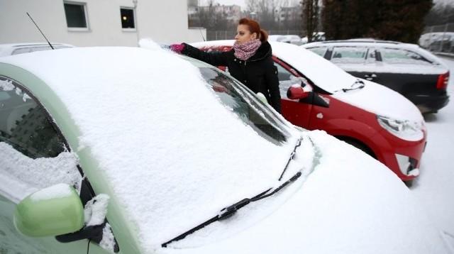 Wczoraj wielu kierowców musiało przed jazdą oczyścić swoje auta ze śniegu.