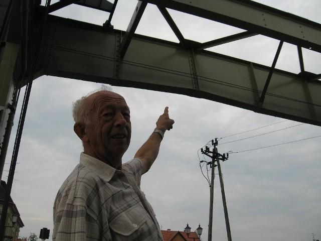 Pan Stanisław z zainteresowaniem oglądał wczoraj uszkodzenie mostu