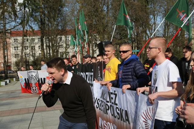 """Wodzirejem protestu był Szymon Popławski, który nawoływał do skandowania haseł: """"Stalinowska propaganda!"""", """"Wielka Polska chrześcijańska!"""", """"Bóg, Honor, Ojczyzna!"""""""