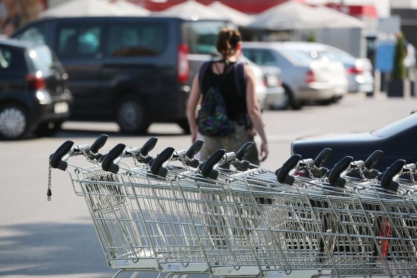 Blisko 1/3 Polaków dokonała już zakupów spożywczych online, jednak pomimo pandemii COVID-19 większość woli robić zakupy w tradycyjnych sklepach.