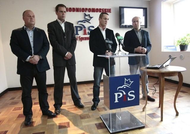 (Od lewej) kandydat PiS na prezydenta Szczecina, Artur Szałabawka wraz z kandydatami PiS do rady miasta: Rafałem Niburskim, Marcinem Parchetą i Markiem Duklanowskim.