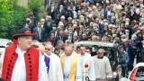 """Pogrzeb ks. Zbigniewa Powady w Bielsku-Białej. W ostatniej drodze duchownemu towarzyszył tłum wiernych. Był kapelanem """"Solidarności"""""""