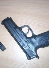 Centrum Świdwina. Policjanci zaczęli strzelać, 20-latek miał replikę broni