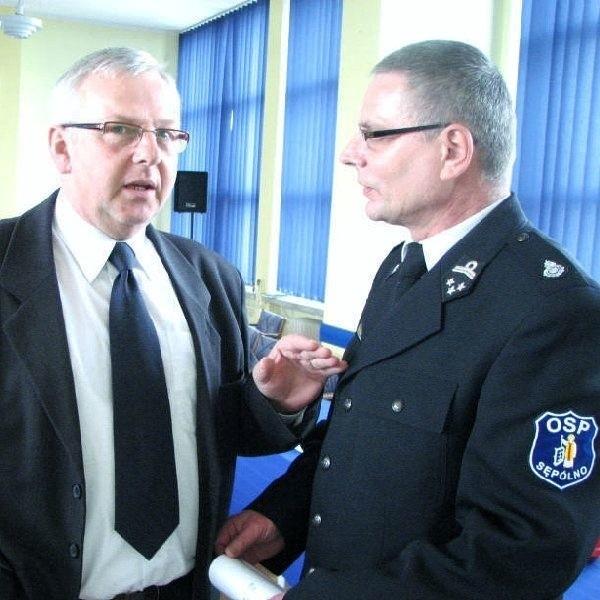 Na zdjęciu radny Edmund Rózga, szefujący  Kurkowemu Bractwu Strzeleckiemu, gratuluje  zgłoszenia nominacji komendantowi miejsko- gminnemu Osp w Sępólnie