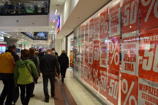 1c244019fe453e Letnie wyprzedaże 2019: promocje w sklepach w lipcu: H&M, C&A, CCC ...