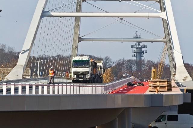 Próba obciążeniowa mostu łączącego ulicę Solną z Portową.