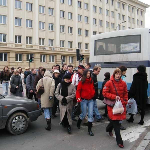 Zapraszamy do dyskusji czy warto budować kładkę lub tunel przy ul. Piłsudskiego. Może szukać jeszcze innego rozwiązania. Czekamy na Państwa opinie: m.chlodnicki@gcnowiny.pl, tel. 017 867-22-24, 691 467 155.