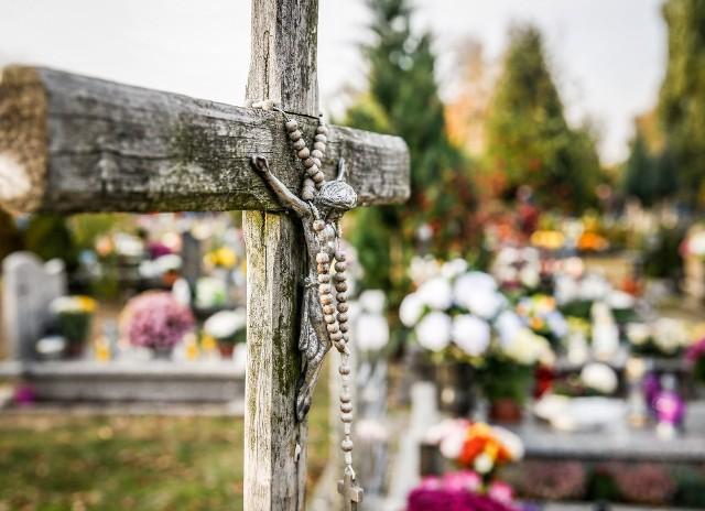 To się w głowie nie mieści. Ktoś ukradł fotopułapki z cmentarzy w gminie Świdnica. I to aż w pięciu miejscowościach! Trwa szukanie sprawcy (zdjęcie ilustracyjne).