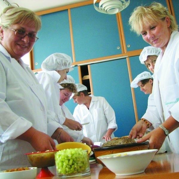 Janina Anusiewicz (z lewej) pod okiem Danuty Tutak-Suchowier przygotowuje produkty na sałatki