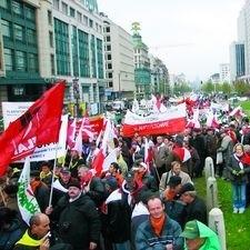 Tysiące ludzi. Flagi, trąbki, megafony. Polscy plantatorzy tytoniu poprowadzili demonstrację.