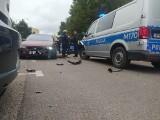 Białystok. Policyjny pościg za oplem przez pół miasta. Rozbity radiowóz [ZDJĘCIA]