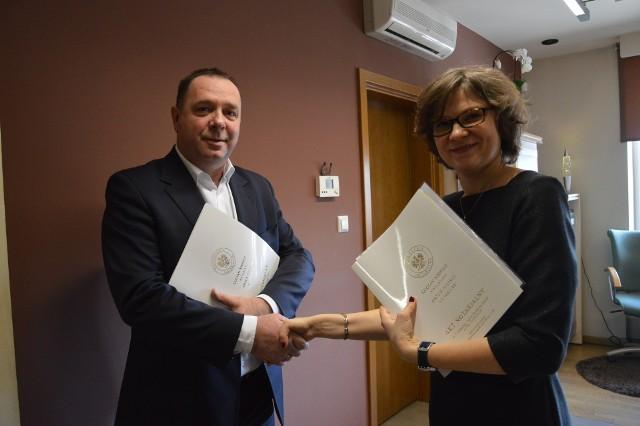 Burmistrz Sułkowic Piotr Pułka i Wiktoria Charczenko w styczniu 2017 roku podpisali akt notarialny dotyczący sprzedaży budynku byłego przedszkola za 1 proc. wartości nieruchomości