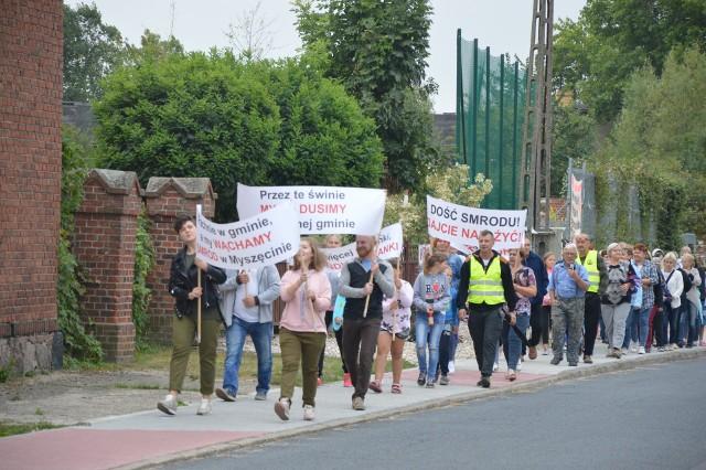 """W pikiecie wzięło udział kilkudziesięciu mieszkańców, którzy przeszli przez wieś krzycząc """"Nie chcemy smrodu!""""."""