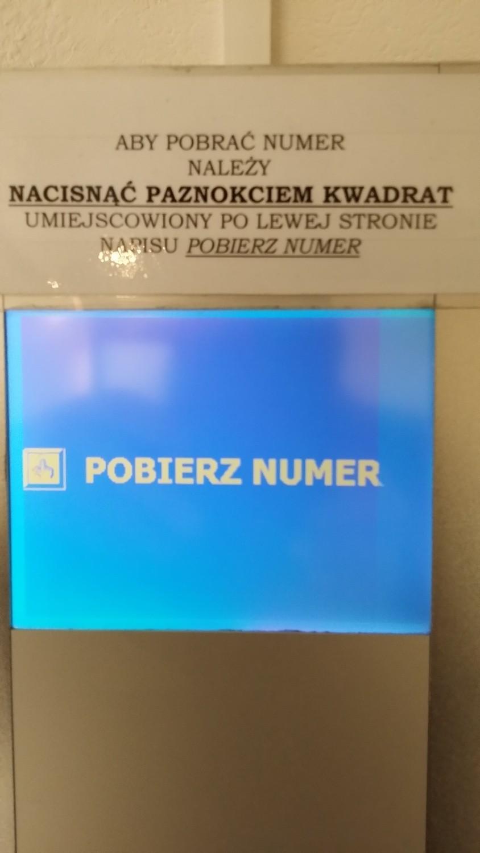 Taka maszyna stoi w Oddziale Paszportowym przy placu Wolności w Poznaniu