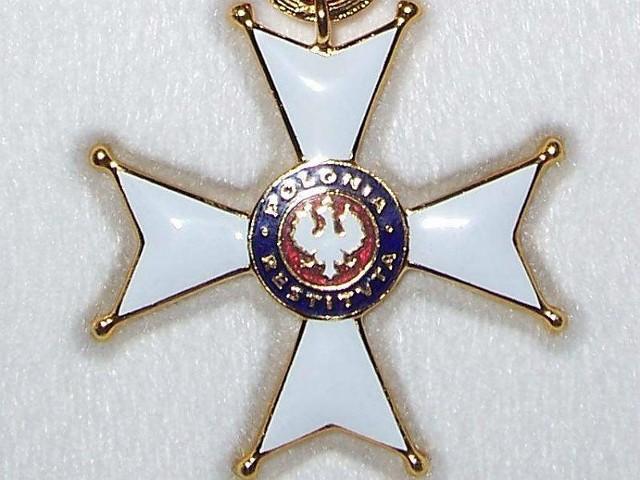 Dlaczego przyznany Mirosławowi Karapycie Krzyż Kawalerski Orderu Odrodzenia Polski nie zawisł jeszcze na jego piersi?