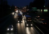 Po ciemku pchali nieoświetlony samochód... po autostradzie. Gdy zobaczyli radiowóz, próbowali schować się przed policjantami. Byli pijani