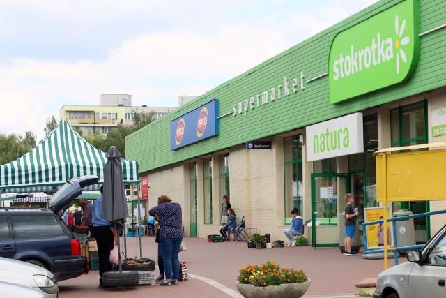 Stokrotka zdecydowała o wydłużeniu godzin pracy w części swoich sklepów. Od najbliższej środy (31 marca) do piątku (2 kwietnia) ponad dwieście sklepów należących do sieci będzie pracowało dłużej, bo do godziny 24.