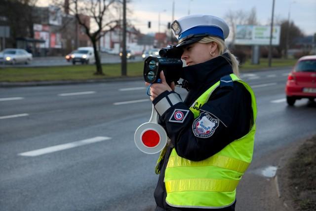 """Dziś od godziny 6.00 kujawsko-pomorscy policjanci prowadzą działania pn. """"Prędkość"""". To część ogólnopolskiej akcji prowadzonej na drogach całego kraju. Jej głównym celem jest egzekwowanie od kierowców jazdy zgodnej z przepisami, zwłaszcza z ograniczeniami prędkości. Policyjna akcja trwać będzie do godz. 22.00, a w jej trakcie funkcjonariusze używają ręcznych mierników prędkości i wideorejestratorów. Więcej o akcji i o mandatach, jakie gorżą za przekroczenie prędkości na kolejnych stronach galerii.<script class=""""XlinkEmbedScript"""" data-width=""""640"""" data-height=""""360"""" data-url=""""//get.x-link.pl/dfec58cb-b98c-8a85-a88f-dbc54cad506c,0bf47a05-a692-be51-09d2-30946eac3c96,embed.html"""" type=""""application/javascript"""" src=""""//prodxnews1blob.blob.core.windows.net/cdn/js/xlink-i.js?v1""""></script>"""
