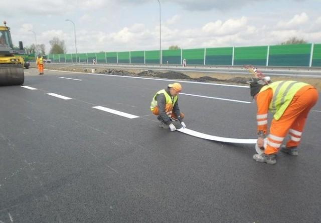 Tak wygląda układanie pasów na drodze S3. Nie są one malowane, ale wtapiane w asfalt.
