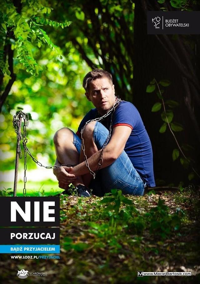 Kamil Maćkowiak wciela się w psa porzuconego w lesie.