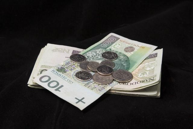 zlotyJeśli chcielibyśmy spłacić nasz kredyt wcześniej niż przed zakończeniem umownego okresu, musimy się liczyć z dodatkowymi kosztami.