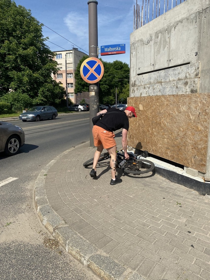 -Gdy byliśmy już na pasach wjechał między nas rowerem...