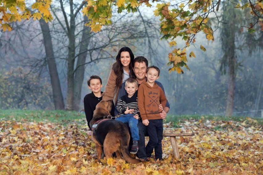 Michał Popiel z rodziną - żoną i trzema synami obecnie