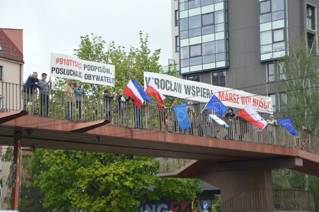 Manifestujący na kładce protestowali m.in. przeciwko odrzuceniu 910 tysięcy podpisów zebranych pod wnioskiem o referendum ws. reformy edukacji