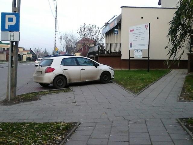 Kierowcy ignorują znaki i parkują na chodniku przy ul. Jagiellońskiej w Białymstoku