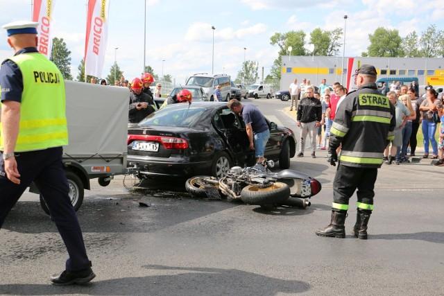 Około godziny 16.30 na ulicy Skępskiej w Lipnie doszło do wypadku. Ranna pasażerka motocykla została zabrana do szpitala. Jej życiu nie zagraża niebezpieczeństwo. Policja sprawdza okoliczności zdarzenia. Mieszkańcy, którzy widzieli zdarzenie mówią, że jadący od drogi krajowej nr 10 motocyklista uderzył w bok auta, które skręcało do jednego z supermarketów. Pasażerka motocykla przeleciała przez samochód i leżała kilkanaście metrów dalej. Policja wprowadziła objazd. Droga jest zamknięta.