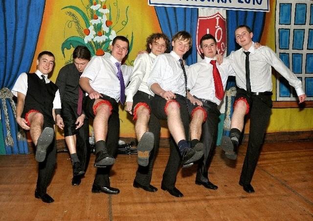 Uczniowie I Liceum Ogólnoksztalcącego w Jaśle na studniówce bawili sie w hali MOSiR.