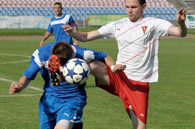 Polonia Przemyśl (niebieskie stroje) przegrała z Lublinianką po słabym meczu.