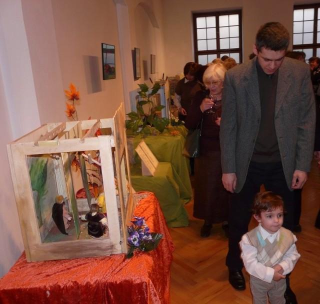 Dyrektor muzeum, Marcin Majewski, na wernisażu oprowadzał po wystawie swojego młodszego synka, Jędrzeja.
