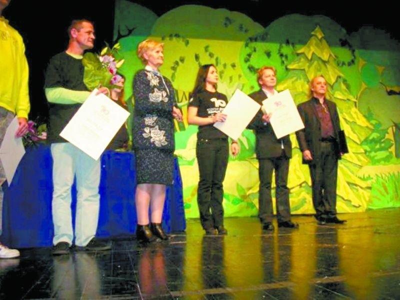 Jarosław Antoniuk (drugi od prawej) dyrektor łomżyńskiego Teatru wśród laureatów Festiwalu Teatralnego w Banja Luce.