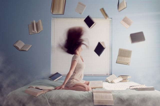 Błękit na chwilę relaksu Kolor niebieski działa uspokajająco i pobudza twórcze myślenie. To po co nam książki!