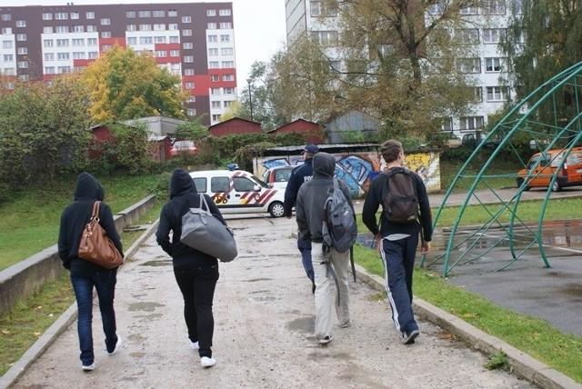 - Klatki schodowe i przystanki komunikacji miejskiej, to główne miejsca, w których młodzież pozwala sobie na puszczanie dymka między lekcjami - dodaje Jacek Pietraszewski, rzecznik białostockich strażników. - W czasie akcji funkcjonariusze wylegitymowali 32 osoby, ujawnili 22 wykroczenia, z czego 12 zostało zakończonych mandatowo - mówi policjant.