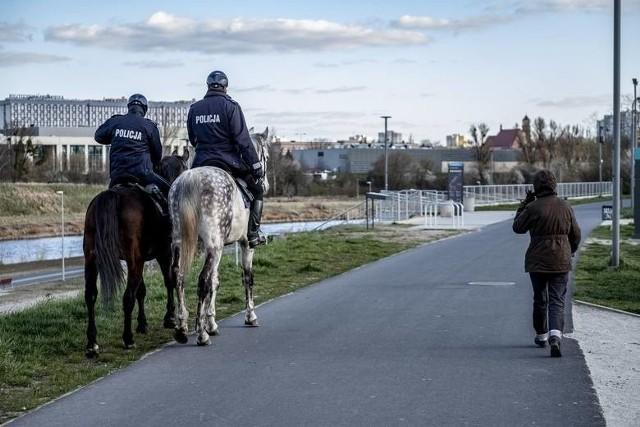 Policjanci mają zwracać uwagę na ludzi, którzy nie dostosują się do wprowadzonych ograniczeń