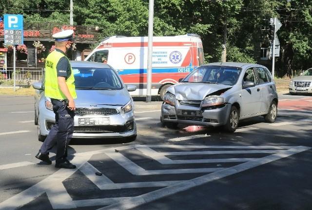 Do wypadku doszło na skrzyżowaniu z niedziałającą sygnalizacją świetlną przy wyjeździe z parkingu hali Ludowej obok pętli tramwajowej przy ulicy Kopernika