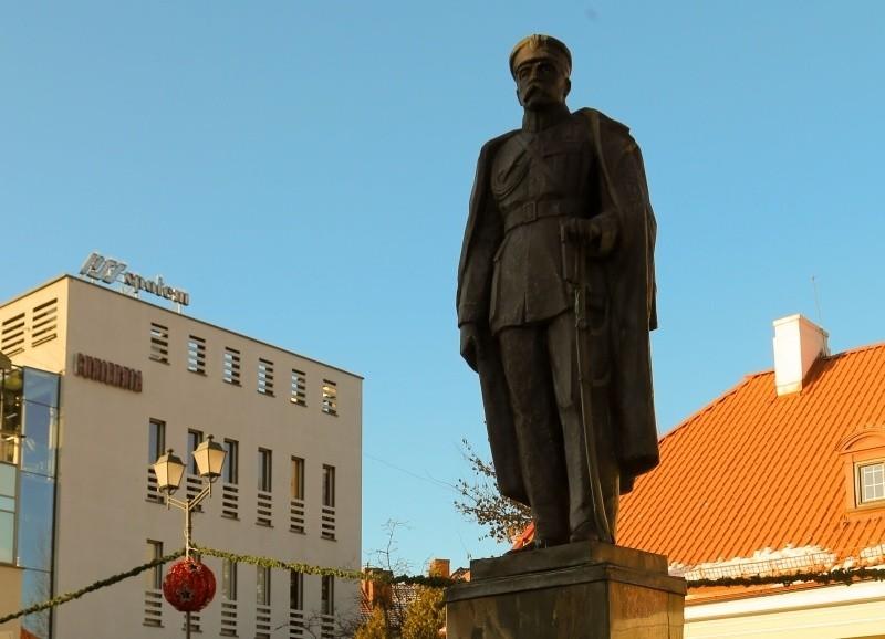 Józef Piłsudski na pomniku wędrował po Rynku Kościuszki.