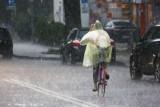 Uwaga, dziś kolejny dzień intensywnych opadów. Możliwe burze. RSO ostrzega: Poziom wody w rzekach będzie wzrastał