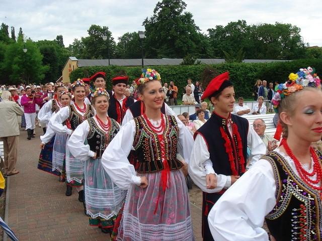 Przez najbliższe dni bardzo kolorowo będzie w świnoujskiej muszli. Zatańczą i zaśpiewają zespoły folklorystyczne z całej Polski.