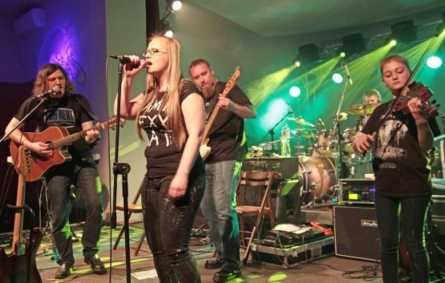 """Na scenie grudziądzkiego klubu Akcent zagrały zespoły """"The Broken Bridges"""" z Grudziądza i """"Keep rockin' """" z Włocławka"""