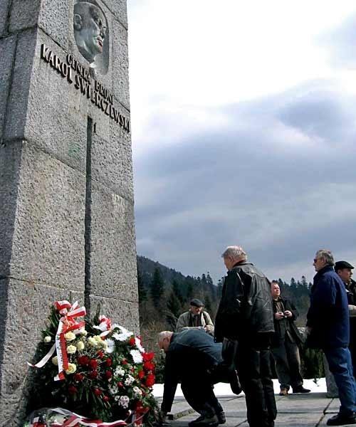 Byli żołnierze złożyli wieńce u stóp pomnika gen. Karola Świerczewskiego.