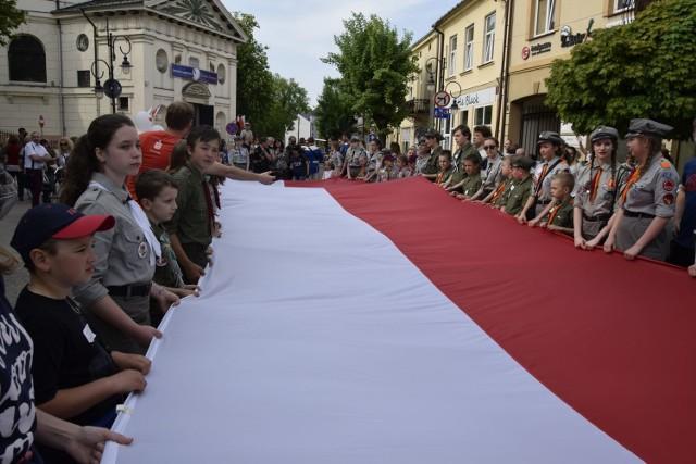 W Skierniewicach harcerze skierniewickiego hufca ZHP zorganizowali obchody Dnia Flagi. Flagę o długości 200 m uszyła Maria Adrian, babcia jednego z harcerzy. Jest to najdłuższa flaga w woj. łódzkim.