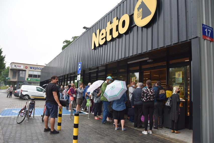 Kolejka przed sklepem Netto w Tarnowie ustawiała się od...