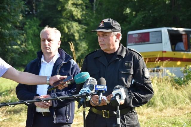 Wojewoda pomorski Dariusz Drelich na miejscu wypadku w Mierzynie